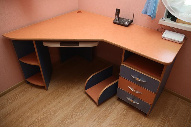 Угловой письменный , компьютерный стол. купить в лиде на sin.